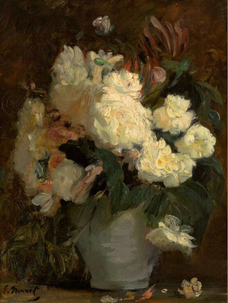 Witte pioenrozen en andere bloemen in een blauwgrijze vaas