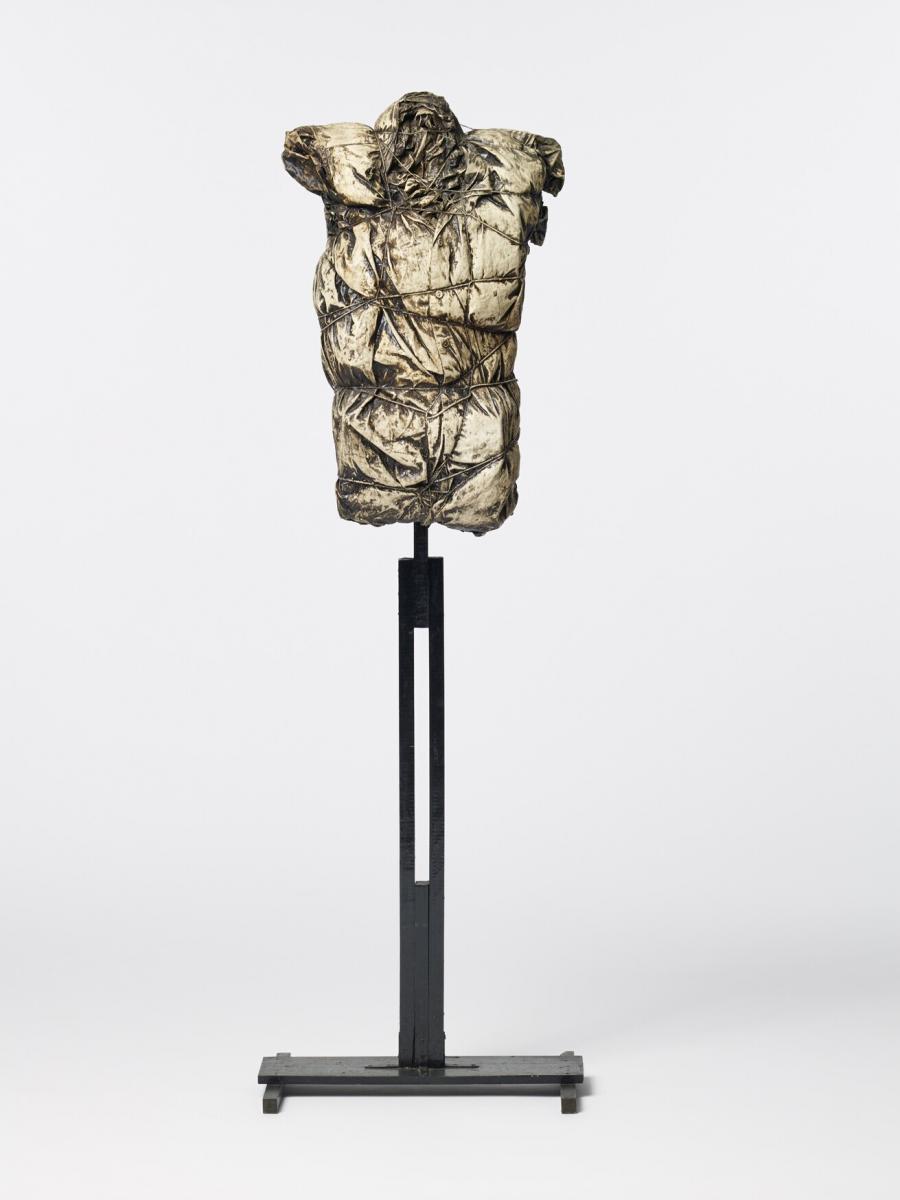 Shirt Wrapped on Tailor Mannequin (Overhemd gewikkeld om een ledenpop)