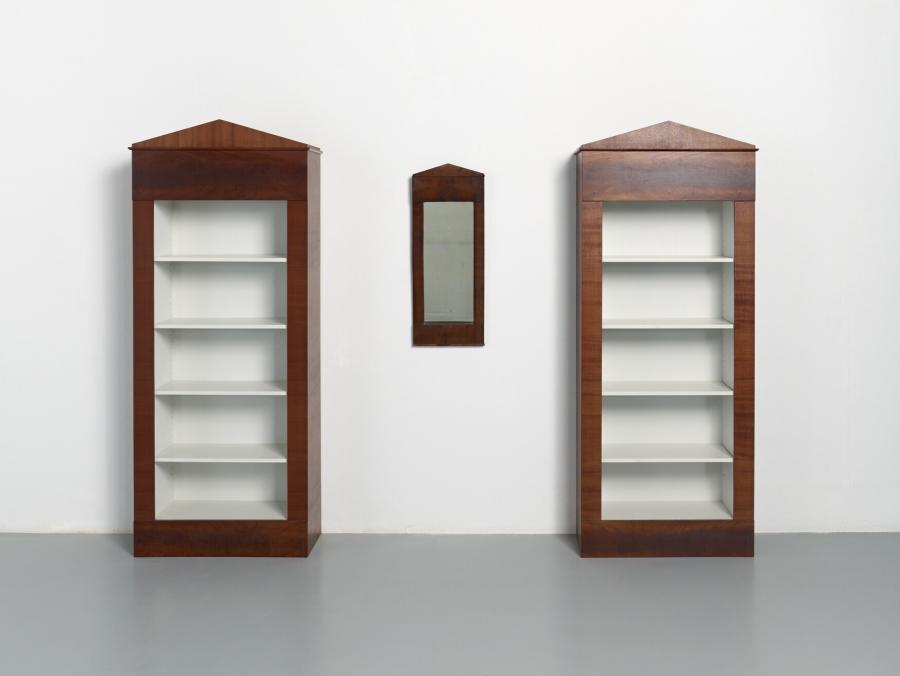 Twee boekenkasten naar antieke spiegel