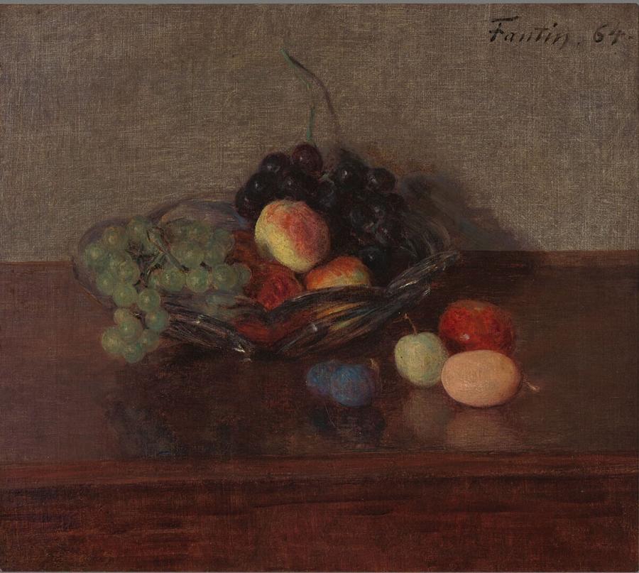 Glazen schaal met witte en blauwe druiven, perziken en pruimen