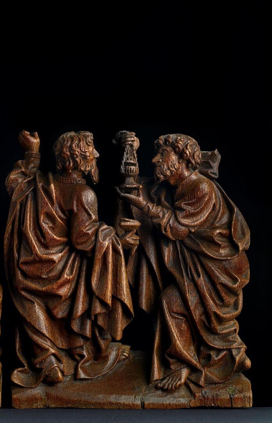 Een paar apostelen met wierookvat
