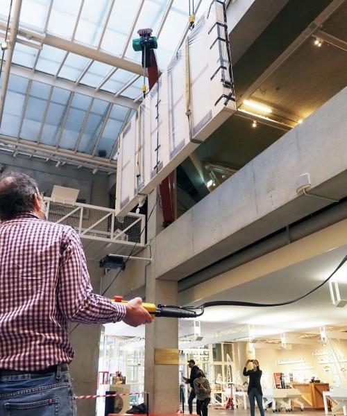 Kunstwerk 'De maasmond bij Den Briel' van Museum Boijmans Van Beuningen komt aan in Maritiem Museum januari 2021. Foto's: Theo de Man.